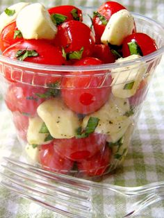 Picnic Tomato Caprese Cups The perfect make ahead picnic salad recipe. The delicious flavors of caprese salad come together in a snap. Keep a bowl in the refrigerator for a quick snack. Beach Picnic Foods, Picnic Lunches, Beach Meals, Beach Picnic Recipes, Summer Picnic Desserts, Picnic Drinks, Beach Lunch, Boat Snacks, Boat Food