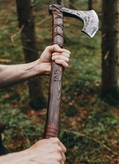 Viking Battle, Viking Axe, Battle Axe, Viking Warrior, Elias Und Laia, Vikings, Birch Bark, Fantasy Weapons, Medieval