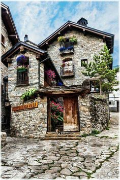 A wander through the historic districts of many older American cities will spread a rustic and romantic street normal of the past: cobblestones. Stone Cottages, Stone Houses, Travel Around The World, Around The Worlds, Beautiful Homes, Beautiful Places, Aragon, Spain And Portugal, Cozy Cottage
