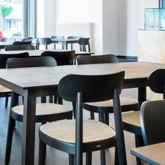 Combo Design is officieel dealer van Thonet. ✓Thonet 118 Stoel makkelijk bestellen ✓ Verschillende varianten verkrijgbaar ✓ Snelle levertijd Dining Chairs, Furniture, Design, Home Decor, Decoration Home, Room Decor, Dining Chair, Home Furnishings