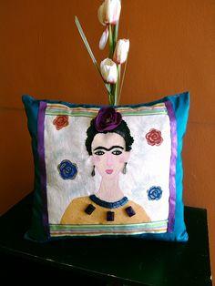 Cojin decorativo pintado y bordado.Frida Kahlo. De Matlove. Monica Cidrian.