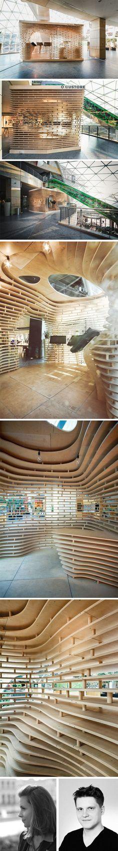 Custore-Pavilion par Anna Dobek et Mateusz Wojcicki Custore Pavilion explore les domaines de l'architecture paramétrique.Entièrement en #CONTREPLAQUE, l'enveloppe striée de ce concept store abrite un espace avec des écrans tactiles pour présenter les produits et un espace pour une galerie d'art. Assemblage de #CONTREPLAQUE.: