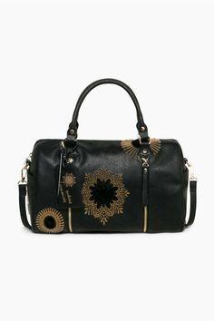 Oválna čierna kabelka cez rameno. Odnímateľný popruh. Mandala výšivka.  Vonkajší materiál  100% polyuretán. Vnútorný materiál  100% polyester.  Farba  3112dab574a