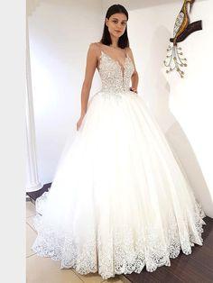Traumhaftes Brautkleid mit Spaghettiträgern, tiefem V-Neck, tiefem Rückenausschnitt und Spitzenapplikationen auf dem Oberteil. Lace Wedding, Dream Wedding, Wedding Dresses, Fashion, La Mode, Linz, Wedding Dress Lace, Dress Wedding, Bridal Gown