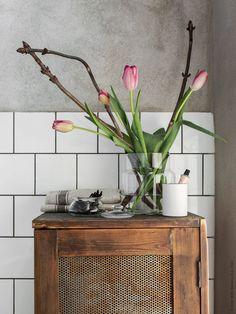 Bring mit ein paar frischen Blumen Frühlingsstimmung in dein Bad - die passende Vase und weitere Deko findest du in deinem IKEA Einrichtungshaus.