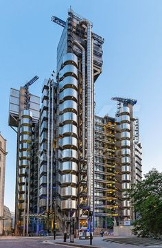 Lloyds Building by Richard Rogers architect, at London, England, 1979 to 1984 Modern Architecture Design, London Architecture, Tower Of London, London City, Structural Expressionism, Hopkins Architects, Richard Rogers, Vertical Forest, World Of Tomorrow