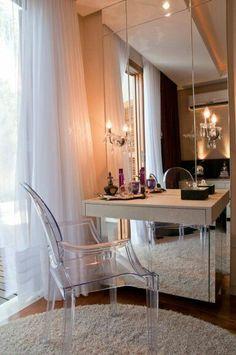 1- Penteadeira pequena, bandejinha com perfumes, espelho com iluminação , papel de parede neutro, quadrinho dourado e puff estilo clás...