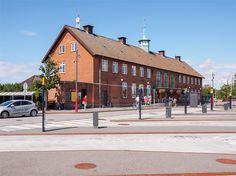 Knud Tanggaard Seest (1889-1972) var overarkitekt i DSB i årene 1922-49. Seest har tegnet en lang række banegårdsbygninger i funktionalistisk og/eller nyklassicistisk stil, heriblandt Peter Bangs Vej Station (1942, præmieret), hovedbygning til banegården i Teheran for A/S Kampsax, Den Transiranske Jernbane (1935), Fredericia Station og Middelfart Station (begge 1935), Vordingborg Station (på billedet) (1935-36), Bernstorffsvej og Jægersborg Stationer (begge 1936) og Vordingborg Posthus…