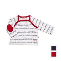 Approchez-vous de ce tee-shirt style marinière, et remarquez comme tout est dans le détail. Non, ce ne sont pas de simples rayures, mais bien des bandes de petits poissons rouges ou bleus imprimés. En bas, le N en point de chainette rouge rappelle qu'il s'agit bien d'une création Natalys. Pour plus d'aisance, les fentes côté, et l'ouverture raglan, dont le coloris contrasté se retrouve sur les coudières. Quel jeu minutieux !