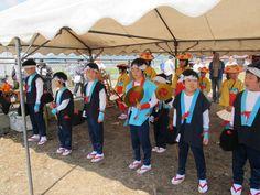 【御田植】平成24年5月26日、伝統的稲作行事『御田植』(主催・巴会)での、押切田植踊り保存会・押切子供会の皆さんによる「押切田植踊り」の様子④です。