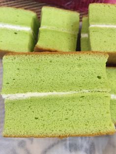 Pandan Soufle Sponge Cake 13 x flat square cake pan, lined with parchment paper. Ingredients: 2 eggs 6 egg yolks 2 tsp vanilla extract unsalted butter all purpose flour (can… Indonesian Desserts, Filipino Desserts, Asian Desserts, Sweet Desserts, Filipino Food, Square Cake Pans, Square Cakes, Cake Cookies, Cupcake Cakes