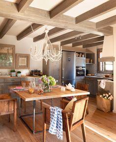 Office  Sillas y lámpara de techo de hierro de Brucs. Camino de mesa, juego de té, copas, botellas de cristal y platos de Comptoir de Famill...