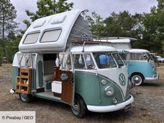 Article on the history of the VW Bus Camper. From 1947 to the present, the Volkswagon or VW Camper Bus has had rich history for VW fans. The VW bus while not in production continues to be enjoyed as a camper bus for many enthusiasts Vw Camper Bus, Kombi Motorhome, Volkswagen Bus, Vw T1, Volkswagen Beetles, Camper Life, Rv Life, Caravan, Vans Vw
