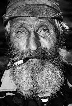 Old man precious face beard cigarette cap powerful intens eyes wrinckles lines of life cracks in time portrait photo b/w. Old Faces, Many Faces, People Photography, Portrait Photography, Eric Lafforgue, Steve Mccurry, Beautiful Men, Beautiful People, People Smoking