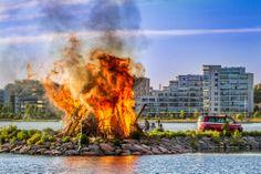 Midsummer bonfire at the harbor.  Photographer: Ilari Lehtinen