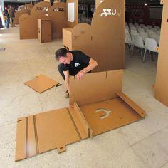 Montaje stands de cartón en Yuzz. Stands para encuentro de jóvenes emprendedores. Creados por Cartonlab. Assembling cardboard booth in Yuzz. Booths for young entrepreneur's congress. Created by Cartonlab.