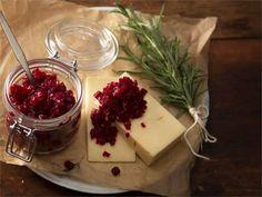 Mausteinen ja hapokas lisäke valmistetaan hedelmistä ja / tai kasviksista sekä viinietikasta. Maun pyöristää sokeri. Kauniin punainen punajuurichutney sopii mainiosti juustoruokien seuraksi. http://www.valio.fi/reseptit/punajuurichutney/ #resepti #ruoka