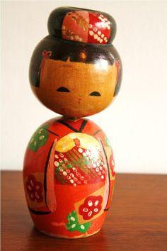 LOVE these little dolls   Mão boneca japonesa de madeira do vintage pintado POR highstreetmarket..