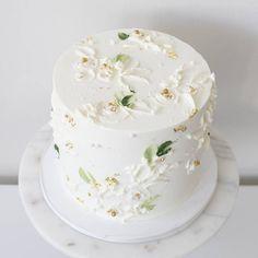 White on white Inside is All spice cake with Honey lavender buttercream . . . #bostoncakes #bostonparty #bostonbrides #bostonweddings #newenglandwedding #customcakes #cakedesign #buttercreampainting #buttercream #boston #bostonbakery #cupcakeproject #theknot #theknotpro #instacake #cakeporm #cake_trends #cake #buttercreamflower
