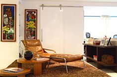 poltrona de couro na sala de estar