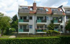 Ihre neue Eigentumswohnung befindet sich in einem gepflegten kleinen Mehrfamilienhaus in Berlin Lichterfelde. Die 2-Zimmerwohnung verteilt sich auf 56m² und wurde zuletzt 2011 umfassend modernisiert. Küche und Bad weisen hochwertige keramische Bodenbeläge auf, in allen Wohnräumen liegt Laminat. Kaufpreis: 119.900,00 €