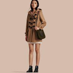 Duffle-coat chaud en laine de coupe droite. Inspiré des vêtements d'extérieur Heritage, le manteau est doté d'une fermeture par boutons-olives et d'une bride de fermeture protectrice au col. La pièce classique présente des poches surdimensionnées.