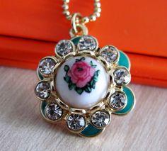 Medalion fashiom cu cristale albe si trandafir in centru, cu lantisor auriu