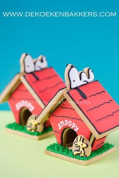 Snoopy on his dog house sugar cookies Fancy Cookies, Iced Cookies, Cute Cookies, Royal Icing Cookies, Cookies Et Biscuits, Cupcake Cookies, Sugar Cookies, Bolo Snoopy, Snoopy Cake