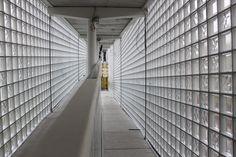 Verbindingsburg met glasdallen | glasblokken Construction, Blinds, Maine, Divider, Curtains, Green, Room, Furniture, Home Decor