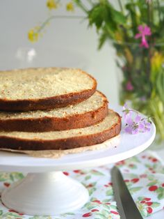 Mehevän mantelikakun salaisuus on kuohkea taikina, johon tulee myös voita ja mausteeksi hieman unikonsiemeniä! Tämä mantelikakkupohja sopii täydellisesti raikkaiden kesämarjojen kanssa nautittavaksi! Itse käytin kakkupohjan juhannuksen mansikkakakkuun. Tutustu helppoon ohjeeseen!