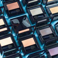 Пробуди в себе художника! Новое поколение теней для век Pure Color Envy от Estée Lauder представлены в разнообразных текстурах: от матовой и бархатной до перламутровой и блестящей, что позволяет с лёгкостью подобрать именно тот оттенок и именно те покрытия, которые тебе необходимы. Эти тени невероятно универсальны по способу применения и не теряют свои фантастические цвета ни при сухом, ни при влажном нанесении.