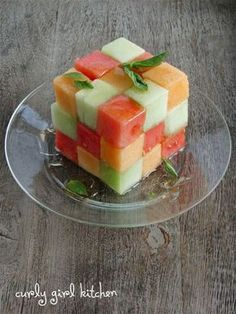 Checkerboard Melon Salad - cut in squares and make one big square on serving platter - drizzle with honey and cinnamon - could make like a pyramid for stunning party centerpiece Deco Fruit, Amazing Food Art, Grolet, Melon Salad, Food Carving, Food Decoration, Afternoon Snacks, Food Design, Creative Food