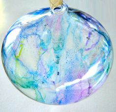 to Colour Glass Ornaments With Sharpies How to color glass ornaments with a Sharpie.How to color glass ornaments with a Sharpie. Sharpie Projects, Sharpie Crafts, Sharpie Markers, Sharpie Art, Sharpies, Sharpie Doodles, Sharpie Glass, Marker Crafts, Tape Crafts