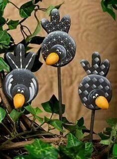 Crows On A Stick .these coulde be cut out of tin or aluminum cans and attached to garden stakes .love the cute idea! Tin Can Crafts, Rock Crafts, Clay Crafts, Arts And Crafts, Aluminum Can Crafts, Country Paintings, Paperclay, Glass Birds, Painting Patterns