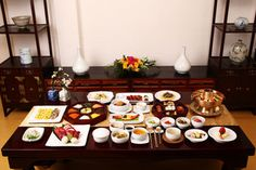 Bong-hwang-eo-jin-chan (meaning a meal offered at the royal court for guests regarding them as if they are kings and queens)