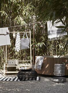Zomerse zwart-wit tuin en terras