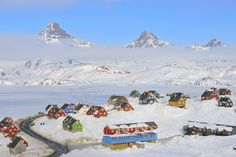 La calotta glaciale groenlandese occupa circa l'82% della sua superficie della Groenlandia per complessivi 1,71 milioni di km². Se si sciogliesse causerebbe l'innalzamento del livello del mare di 7,2 m. Ha una lunghezza di quasi 2400 km e una larghezza massima di 1100 km. L'altezza media è di 2.135 m, mentre il suo spessore è generalmente maggiore di 2 km.
