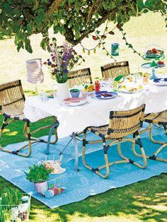 Jetzt geht's wieder raus in den Garten! Dafür brauchen wir nicht viel – nur den Grill, gemütliche Möbel, ein paar Gartenhelfer und Sonne satt.