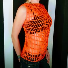 Dieses Top verspricht alle Blicke auf sich zu ziehen! Es ist handgehäkelt in Spinnennetz-Optik und aus auffälliger neonoranger Wolle gearbeitet. So ist es ein Highlight auf jeder Party, perfekt für Festivals oder einfach um langweilige Outfits aufzupeppen! Erhältlich in XS Web Top, Hand Crochet, Festivals, Shirts, Neon, Orange, Party, How To Wear, Clothes
