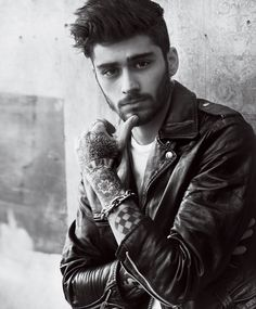 Zayn Malik joins his model girlfriend Gigi Hadid for a romantic trip to Naples for the May 2016 issue of American Vogue. The pair is captured by Mario Testino… Mario Testino, Liam Payne, Louis Tomlinson, Niall Horan, Harry Styles, Imam Malik, Gigi Hadid And Zayn Malik, Florian David Fitz, Zany Malik