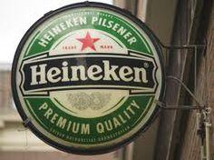 Heineken uithangbord van Cafe Het Zwarte Paard te Noordeloos. Uithangbord dient ervoor te laten weten welk biermerk er geschonken wordt en is ook reclame voor Heineken.
