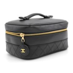 Chanel Makeup Bag, Chanel Beauty, Makeup Bags, Amazon Alexa Devices, Beauty Room Decor, Chanel Vintage, Style Noir, Divas, Cute Bags