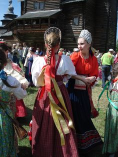 Russian traditional costume of a peasant girl and a venets headdress. Modern replica. Russian dance at one of the folk festivals. #national #costume