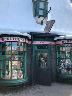 Honeydukes homemade sweets in hogsmeade. honeydukes homemade sweets in hogsmeade at the wizarding world Harry Potter Pictures, Harry Potter Facts, Harry Potter Books, Harry Potter World, Harry Potter Hogwarts, Anniversaire Harry Potter, Harry Potter Halloween, Hogwarts Mystery, Harry Potter Wallpaper