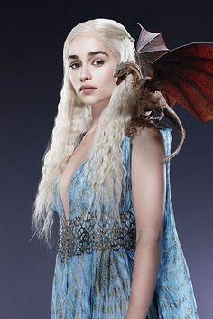 Game Of Thrones - TV Série - books (livros) - A Song of Ice and Fire (As Crônicas de Gelo e Fogo) - blond hair (cabelo loiro) - braid (trança) - Daenerys Targaryen (Emilia Clarke) - Mother of Dragons (Mãe dos Dragões) - Mhysa - Queen (rainha) - Khaleesi - dress - vestido - blue - azul - Baby dragon (bebê dragão) - Drogon