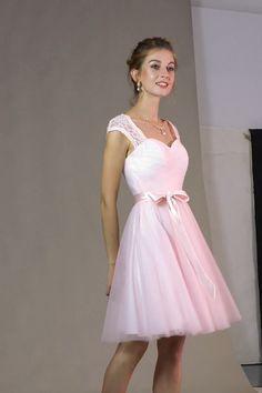 Vous êtes témoin de mariage et cherchez une robe habillée pour l'occasion ? Cette robe tulle est parfaite avec sa couleur unie. Poitrine drapé, taille cintrée avec un ruban de satin, mancherons en dentelle avec un dos décolleté. Vous allez adorer cette tenue.  #robedecocktail #rose #robetémoin Mode Rose, Old Lanterns, Royal Dresses, Party Wear Dresses, Occasion, Short Dresses, Kawaii, Satin, Pink