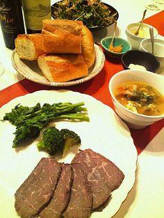 妻のローストビーフに合わせて、副菜を作りましたo(*^▽^*)o ♪ - 85件のもぐもぐ - ローストビーフ 野菜たっぷりスープ コトちゃんの水菜のサラダ by Hiroty