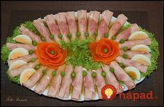 Obložené chlebíky na sviatky nerobím, každý pýta len toto: Dokonalá vajíčková pomazánka do šunkových roliek + nápady na servírovanie! Party Trays, Party Platters, Party Snacks, Fruit And Vegetable Carving, Veggie Tray, Rainbow Snacks, Meat Platter, Food Sculpture, Fingerfood Party