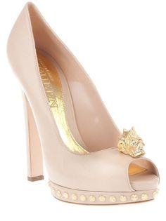 Peep toe nude em couro, Alexander McQueen. Possui detalhe de caveira dourada na frente, plataforma meia pata com tachas douradas, salto e solado em couro.