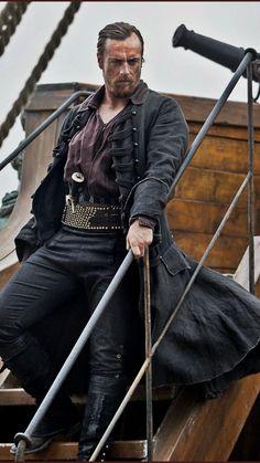 Toby Stephens stars as Captain James Flint in Black Sails (STARZ Maggie Smith Son, Larp, Flint Black Sails, Captain Flint, Sea Captain, Toby Stephens, Foto Portrait, Pirate Life, Period Costumes